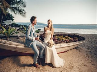Bride & Groom on the beach at the Maritim