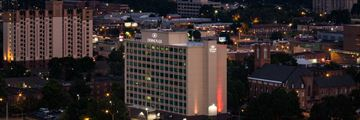 Crowne Plaza Memphis Downtown, Hotel Exterior and Downtown Skyline at Night