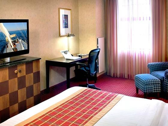 Courtyard by Marriott Tremont, King guestroom