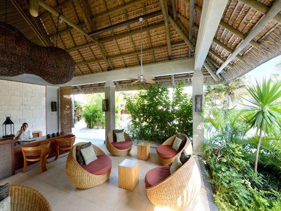 Emeraude Beach Attitude lobby