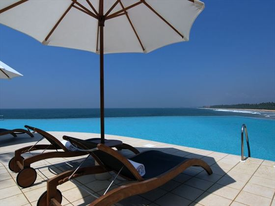 Infinity-edge pool at Saman Villas
