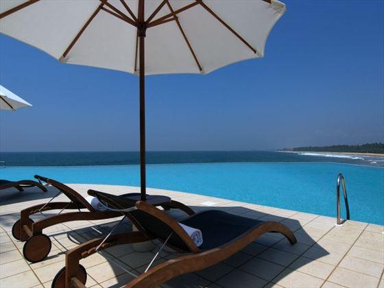 Infinity-edge pool at Saman Villas