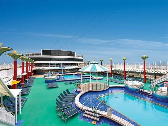Norwegian Pearl pool deck