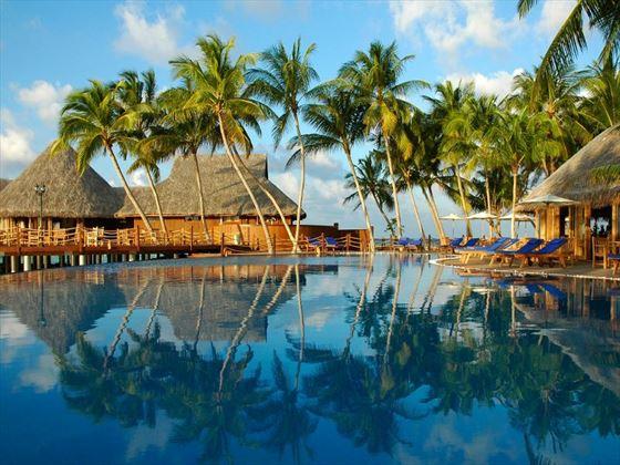 Vilu Reef Beach & Spa Resort pool