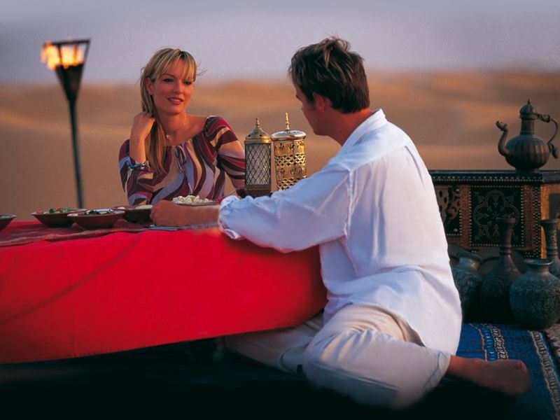 couple dine in the dubai desert