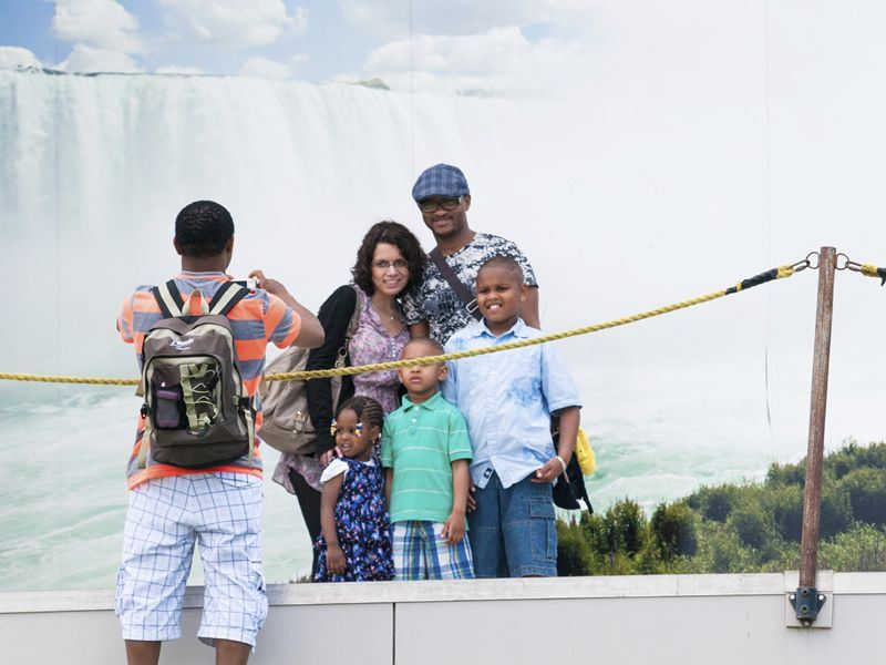 family at niagara falls