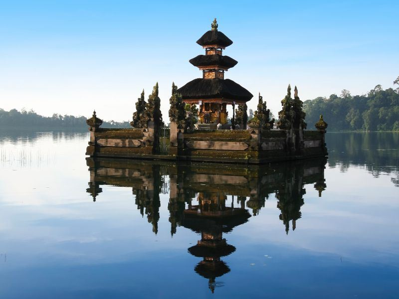 hindu lake temple in bali